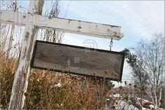 Imagen de un cartel de madera en blanco rústico con signos de desgaste.