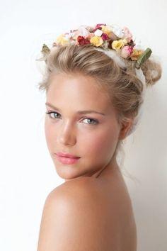 Trucco rosa e corona di fiori