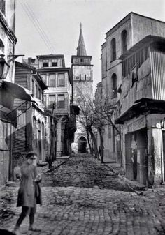 Arap Camii.Karaköy.1930 lar. Urban Architecture, Historical Architecture, Istanbul Pictures, My Fantasy World, Ottoman Empire, Historical Pictures, Istanbul Turkey, Best Cities, Abandoned Places