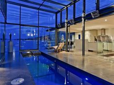 健康のために泳ぎます。自宅で・・・(Glass Constructed 'Kay House' by Maria Gigney Architects in Tasmania, Australia)