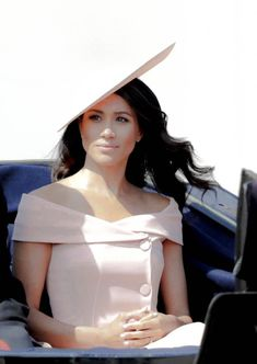 Meghan Markle dazzles in pink as she makes Buckingham Palace debut at Trooping the Colour Estilo Meghan Markle, Meghan Markle Style, Meghan Markle Fashion, Meghan Markle Outfits, Cowgirl Style Outfits, Divas, Kate And Meghan, Estilo Real, Prince Harry And Megan