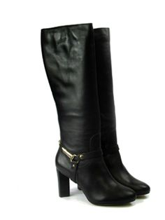 Bota em couro, com detalhe de cinta metalizada no tornozelo. Salto triangular de 9cm de altura. Para comprar, clique na imagem. Cristófoli, inverno 2015.