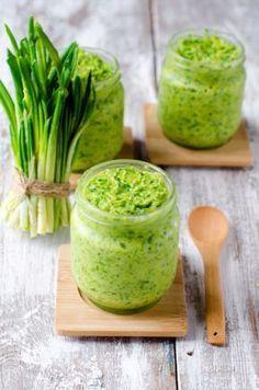 Medvědí česnek - máslo Vegan Vegetarian, Vegetarian Recipes, Cooking Recipes, Salsa Guacamole, Modern Food, Wild Garlic, Herb Butter, Chutney, Pesto