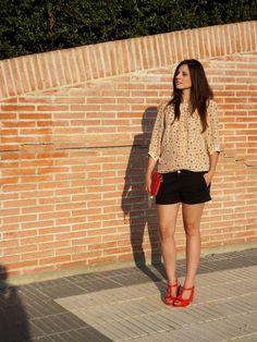 IN FRONT ROW STYLE  con blusa de estampado leopardo de @Dolores Carr Promesas  y sandalias rojas de @Gadea Mata Martínez Wellness Shoes