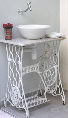 un meuble salle de bains pas cher crée par une machine à coudre et un vasque blanc