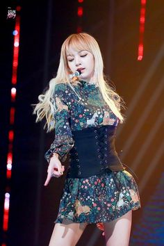 Lisa is sooo pretty while I'm sitting here looking like a potato Lisa Bp, Jennie Blackpink, Stage Outfits, Kpop Outfits, Blackpink Fashion, Korean Fashion, Forever Young, South Korean Girls, Korean Girl Groups