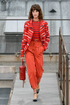 Runway pictures from the Chanel Spring 2020 Fashion Show. Paris Ready-To-Wear collections, runway looks, models, beauty 70s Fashion, Fashion Week, Fashion 2020, Love Fashion, Fashion Show, Fashion Outfits, Fashion Design, Fashion Trends, Paris Fashion