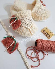 Macrame Wall Hanging Patterns, Macrame Art, Macrame Projects, Macrame Patterns, Macrame Knots, Crochet Patterns, Sock Crafts, Diy Crafts, Doilies Crafts