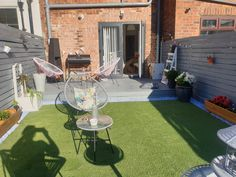 Who else plans on spending the sunny bank holiday in their garden? 😎🍸 Thanks to Kerry for sharing 💚 Featured Range: St. Lucia 📦 Order up to 6 Free Samples Backyard Garden Design, Small Backyard Landscaping, Sunny Bank, Fake Grass, Artificial Turf, Bank Holiday, Free Samples, Lounge, Patio