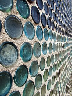 Glass bottle wall with honeycomb pattern. I'm sure if you let the other side be uncovered also it'd look amazing. glass bottle crafts bottles of beer on the wall. Bottle House, Wine Bottle Wall, Beer Bottles, Recycling, Recycled Glass Bottles, Blue Glass Bottles, Tadelakt, Natural Building, Honeycomb Pattern
