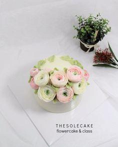 <thesole's crescent> Love Ranunculus💕😍 제가 쫌 심하게 사랑하지요~^^ - Made by inyeong #cake#cakedesign#flowercake#buttercreamcake#buttercreamflowercake#koreanflowercake#koreabuttercream#thesolecake#class#privatelesson#instacake#baking#instaflower#wedding#더쏠케이크#클래스#개인레슨#러넌큘러스#플라워케이크#버터크림플라워케이크#플라워케이크#꽃#웨딩#파티#특별한선물#인스타케이크