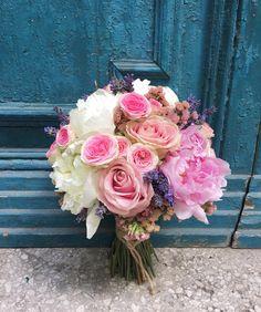 Ramo de novia vintage realizado con peonas y rosas spray en tonos rosas y blancos.