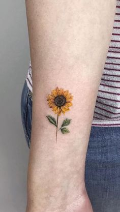 beste Sonnenblumen-Tattoo-Designs im Jahr 2020 - tattoo feminina Sunflower Tattoo Small, Small Flower Tattoos, Cool Small Tattoos, Sunflower Tattoos, Sunflower Tattoo Design, Awesome Tattoos, Mädchen Tattoo, Tattoo Style, Tattoo Motive