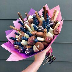 Basket gift ideas dessert 45 new ideas Candy Bouquet Diy, Food Bouquet, Gift Bouquet, Chocolate Flowers, Chocolate Bouquet, Chocolate Covered Strawberries, Candy Arrangements, Edible Bouquets, Candy Gifts