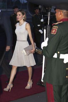 Letizia Ortiz estrena vestido de Hugo Boss a su llegada a México