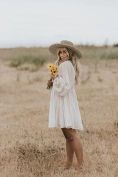 Photos by Allison Kuhl Spell & The Gypsy Collective Scorpio Mini Dress Senior Girl Photography, Photography Poses Women, Summer Senior Pictures, Senior Pics, Vintage Senior Pictures, Senior Photo Outfits, Outfits For Photoshoot, Photoshoot Inspiration, Girl Poses