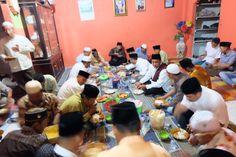 Pertahankan Tradisi Kampung, Wahid Makan Berisila dengan Masyarakat