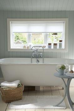 大きな窓のある明るいバスルーム