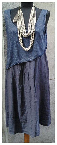 Collana legno  Abito blu in lino Collezione p/e 2014 — presso Neo.chiC.