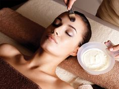Breathe oxygen into your skin with our skin-whitening facial, along with hydrating your sun-damaged skin.