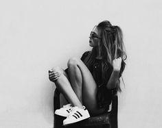 cabello fashion y zapatillas  Adidas