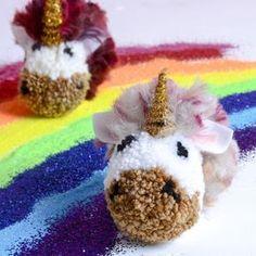 Unicorn pom poms - pom pom DIY - make your own pom pom - unicorn crafts - kids crafts - camp crafts Pom Pom Kranz, Diy For Kids, Gifts For Kids, Pom Pom Tutorial, Pom Pom Animals, Felt Animals, Diy Girlande, Diy Broderie, Pom Pom Wreath