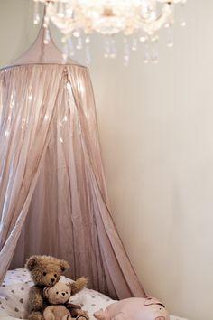 Lillans nya sänghimmel är bra ljuvlig va? Hon bara älskar sitt nya rum och säng! Sover som en gris om nätterna gör hon också. Minns ni att jag skrev till er om hur hon vägrade sitt tidigare rum och sä