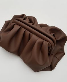 Clutch Schnittmuster - Puffy Bag - Tasche mit Falten selber nähen. Der Arm, Vegas, Fashion Inspiration, Autumn Fashion, Crafting, Leather, Accessories, Dressmaking, Artificial Leather