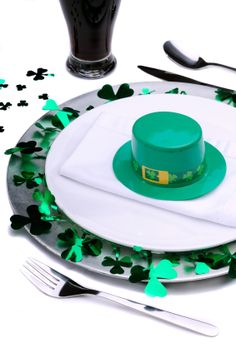 Bring out these five fabulous Irish recipes for the best St. Patrick's Day dinner ever, from potato soup to corned beef to Irish-coffee brownies. Holiday Treats, Holiday Fun, Holiday Recipes, St Patrick's Day Menu, Sant Patrick, St. Patrick's Day Diy, St Patricks Day Food, Green Beer, Irish Girls