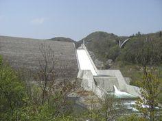[P]岩手県の胆沢ダム。白い部分が雪のようで、スキー場を彷彿とさせる。実際は水が勢い良く流れて細かく波打っていた