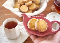 *ダイヤモンドクッキー* バター85g 砂糖30g 卵黄 1個 バニラエッセンス 2~3滴 ●薄力粉110g ●アーモンドプードル 25g グラニュー糖 適量