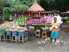 2014.06.05 - Colombo - Kelani Raja Maha Viharaya - Venditori di fiori