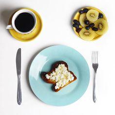 Bom dia! Café da manhã de hoje (e de quase todos os dias)... 1 porção de frutas hoje escolhi kiwi mirtilos e amoras 1 fatia de pão vegano de mandioca com cottage e mel e 1 xícara de café com óleo de coco. E você? Começou o seu dia com escolhas saudáveis?  #chriscastro #health #detox #nutritiontips #healthtips #saudável #viverbem #food #light #comidalight #saudavel #lactosefree #girisbioggers #instafood #instahealth #instalike #breakfast #bomdia #glutenfree