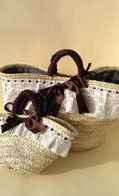 Yesterday straw bags set for mom and girl, with a past times style. Hand sewn spanish artisans. T-shirt yarn handles, ruffle, a big bow decoration and the biggest bag, has a fabric closure. They are ideal for summer days. Rustic models that are in vogue.