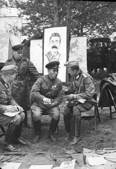 Немецкие офицеры в расположении советской воинской части. Брест-Литовск. 22.09.1939 г. Вторая мировая.