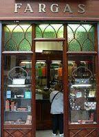 Fargas: C/ Pi, 16. A la pastelería Fargas, inagurada en 1827, se ha de ir con tiempo para contemplar y saborear todos los bombones, trufas y demás productos, aunque lo que realmente triunfa es el cacao a la muela.Barcelona