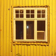 Mitäköhän tästä pitäisi olla mieltä? Onhan se upeaa että vanhat ikkunat säästetään ja kunnostetaan. Mutta siinä vaiheessa kun ne asennetaan takaisin tarvitseeko se tehdä uretaanipäissään? Pellavarive olisi toiminut teknisesti kovasti paremmin hirsirungon kanssa. #vaahtokarkkiaikkunoissa #yöjalassabongattua #helpoinratkaisueioleparas #rakennusperintö #ikkunakorjaus #restaurointi #vanhatikkunat