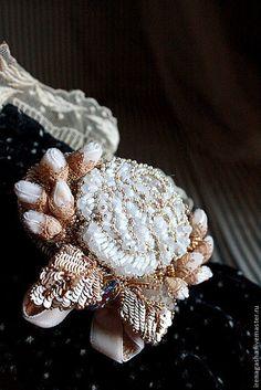 Великолепная нарядная брошь ручной вышивки в виде розы и бутонов — работа дня на Ярмарке Мастеров