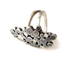 Zilveren ring met verschillende bewerkingen, en een kleine aquamarijn. Uniek ontwerp van www.karenklein.eu