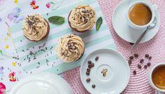 Kávové muffiny s karamelovým krémem Panna Cotta, Cupcakes, Sweets, Plates, Tableware, Ethnic Recipes, Food, Corner, Licence Plates