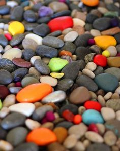 Build a garden that rocks: Turn plain stones into a whimsical surprise. Dallas-Fort Worth Lifestyles News - News for Dallas, Texas - The Dallas Morning News. Garden Crafts, Diy Garden Decor, Garden Projects, Garden Tips, Garden Care, Backyard Projects, Backyard Ideas, Unique Garden, Colorful Garden