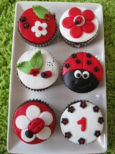 Jen Fisher this just might be my desire for Sophia's bday. A ladybug cake & a few cupcakes for the small ones :) Cupcakes Bonitos, Cupcakes Decorados, Ladybug Cakes, Ladybug Party, Ladybug Food, Ladybug Cake Pops, Beautiful Cupcakes, Yummy Cupcakes, Party Cupcakes