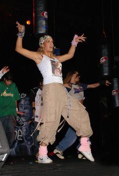 Pin for Later: Heute und damals: So hat sich der Stil der Stars entwickelt Sarah Connor – damals Sarah's Musik war von Hip Hop und R&B inspiriert und das spiegelte sich auch in ihren Looks wieder.