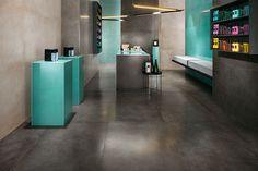 DWELL Floor Design Tieto gresové dlažby pripomínajú estetiku ručne aplikovaného betónu a živice. Vďaka metropolitnému designu sa hodia do moderných interérov, či už súkromných alebo komerčných. Séria DWELL Floor Design disponuje veľkým množstvom rozmerov, ktoré sa dajú rôzne kombinovať a dávajú vám tak priestor pre vytvorenie jedinečného štýlu.  http://www.maag.sk/produkt/obklady-do-interieru/dwell-floor-design/
