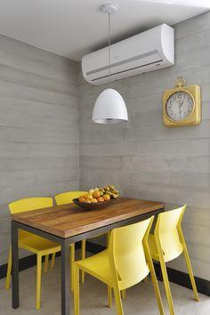COPA | Parede revestida de réguas de cimento da Frei Caneca. Mesa da Velha Bahia. Cadeiras amarelas de Índio da Costa na Novo Ambiente. Pendente da Ponto de Luz (Foto Juliano Colodeti / MCA Estúdio / Divulgação)