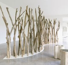Tikibaq folding screen in lacquered stainless steel and driftwood – Natural blue – Chez Jardin Chic Tree Branch Decor, Tree Branches, Tree Wall, Branch Art, Tree Branch Crafts, Birch Trees, Tree Crafts, Deco Design, Display Design