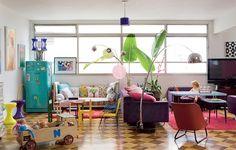 A sala da artista pl�stica Lulu � um espa�o multiuso. Sua filha, Philippine, 2 anos, foi inclu�da na decora��o com pe�as infantis. J� a mesa teve os p�s diminu�dos para ser nivelada com os sof�s. Assim, � poss�vel ter estar e jantar no mesmo ambiente
