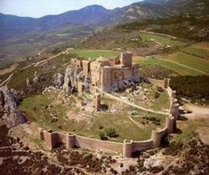Loarre Castle lies, near a village by the same name, in the province of Huesca in Spain. Beauty Around The World, Around The Worlds, Wonderful Places, Beautiful Places, Amazing Places, Castle Pictures, Kingdom Of Heaven, Castle House, Fortification