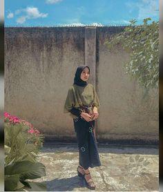autumn date outfit Casual Hijab Outfit, Ootd Hijab, Hijab Chic, Kebaya Hijab, Moslem Fashion, Fashion Terms, How To Pose, Party Fashion, Hijab Fashion