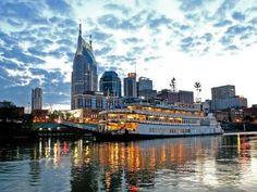 Aboard+a+300-foot-showboat+enjoy+an+evening+of+Nashville's+breathtaking+skyline,+a+dinner+and+a+stage+show.+This+has+become+one+of+Nashville's+most+popular+activities.
